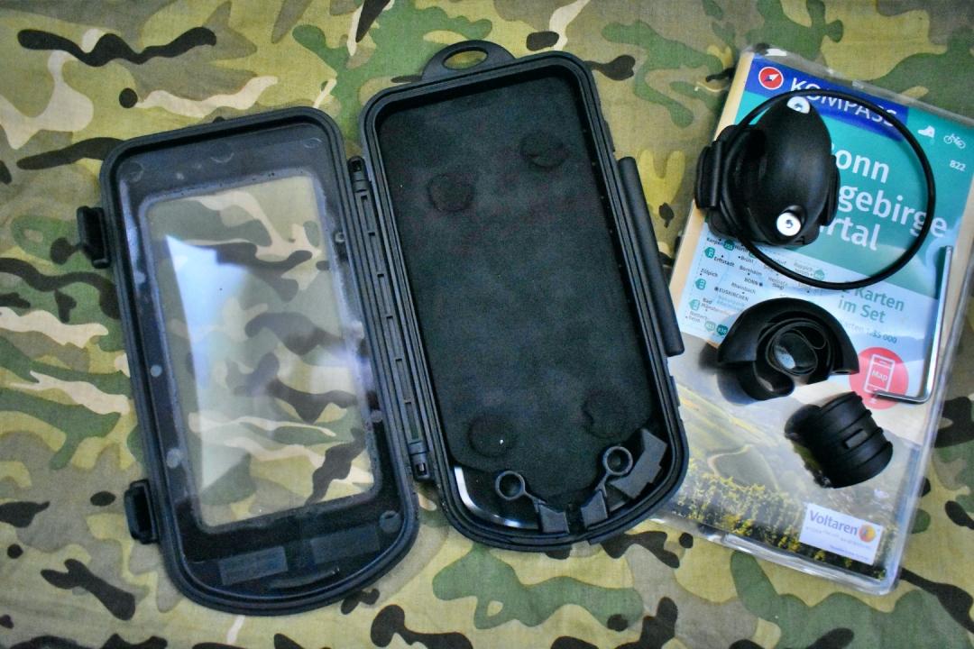 Nach Montage wird die Box aufgeklappt und das Smartphone kann eingelegt werden